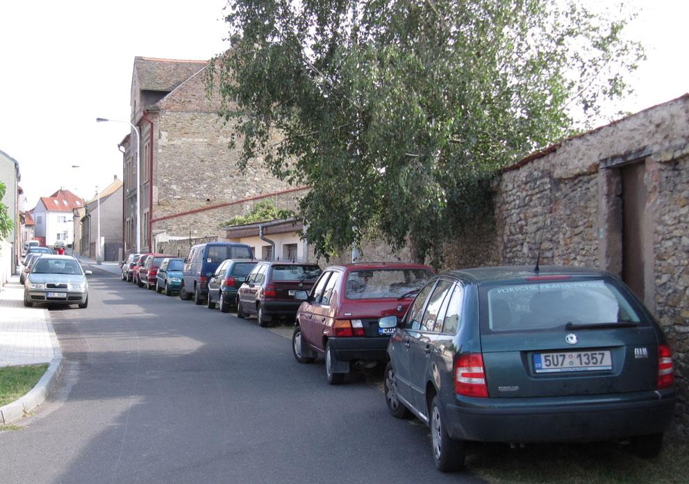 V počátečních hodinách DOD / dernisáže bylo ještě jakžtakž kde zaparkovat... (foto GEJ)