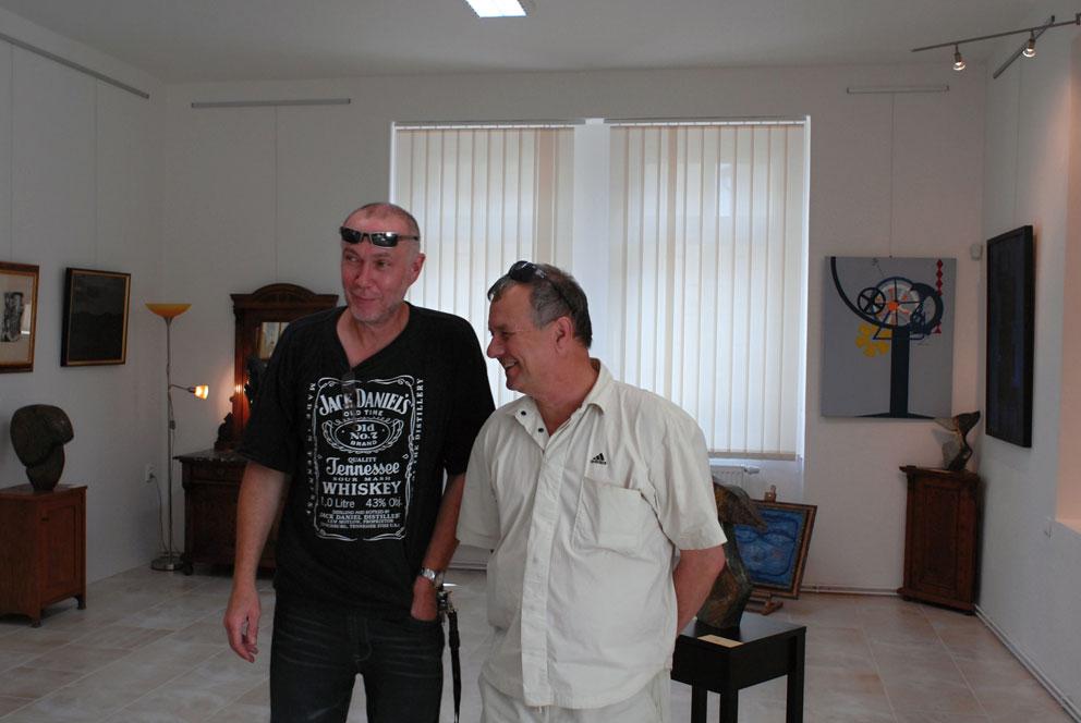 Mgr. Jan Čermák, místostarosta Loun s galeristou Pavlem R. Vejrážkou (foto Bořek Zasadil)