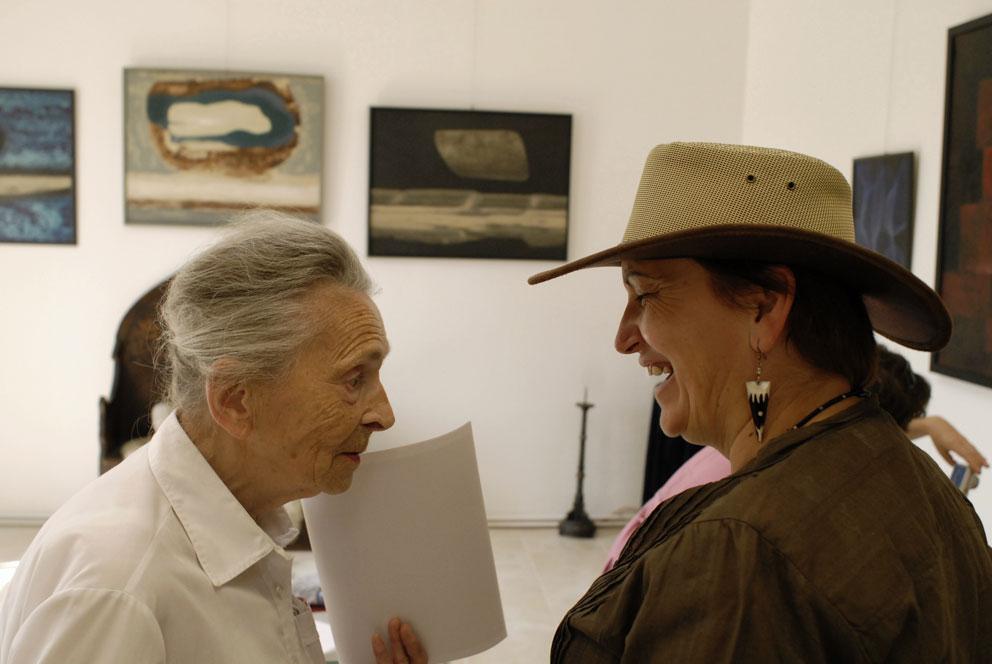 Věra Linhartová (vlevo) v rozhovoru s Marií Imbrovou (foto Bořek Zasadil)
