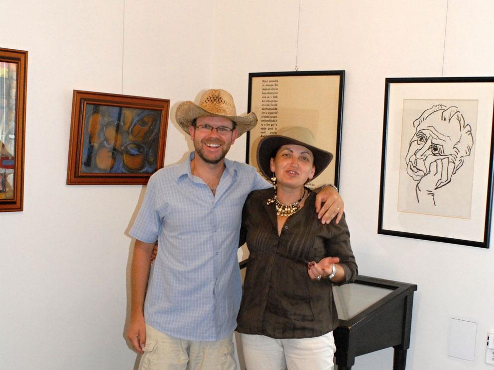 Starosta města Loun Jan Kerner s Marií Imbrovou v jedné z výstavních síni, věnované výhradně tvorbě Emila Juliše (foto Bořek Zasadil)